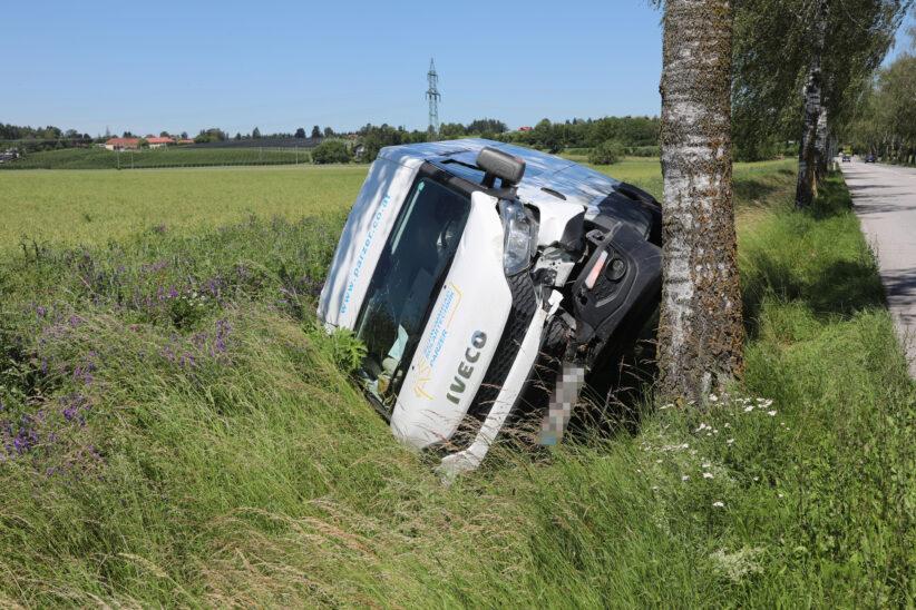 Kleintransporter bei Verkehrsunfall in Wels-Puchberg umgestürzt