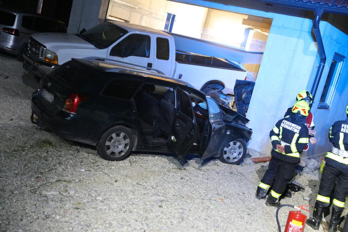 Auto mit Jugendlichen schleuderte bei Unfall in Steinerkirchen an der Traun gegen Pick-up und Garage