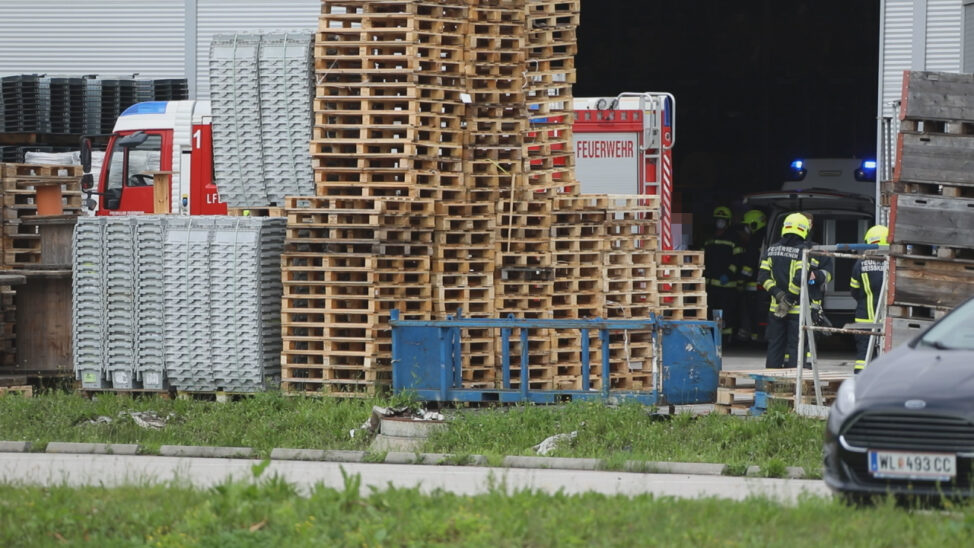 Personenrettung nach schwerem Arbeitsunfall bei Unternehmen in Weißkirchen an der Traun