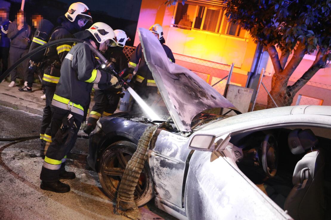 Feuerwehr bei PKW-Brand in Wels-Pernau im Einsatz