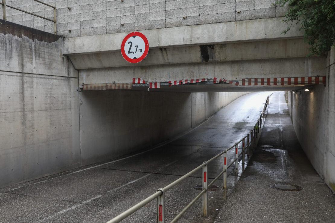 Klein-LKW schrammt in Gunskirchen durch Bahnunterführung