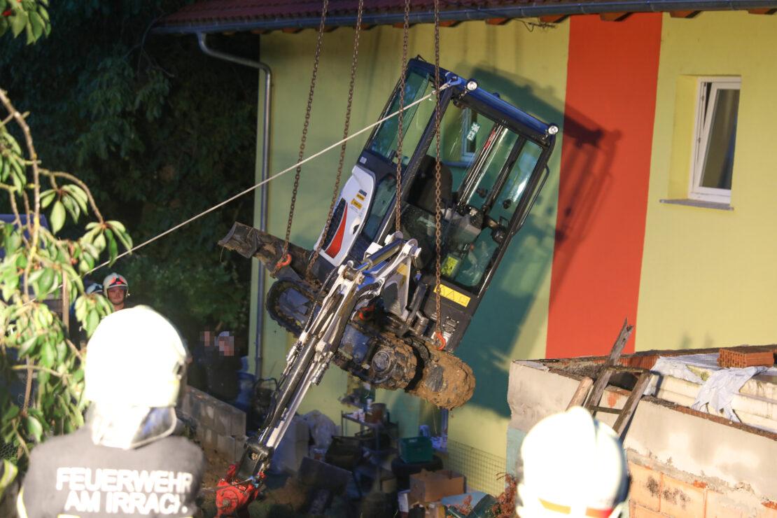 Bergung eines umgestürzten Minibaggers in Pichl bei Wels durch Mobilkran der Feuerwehr