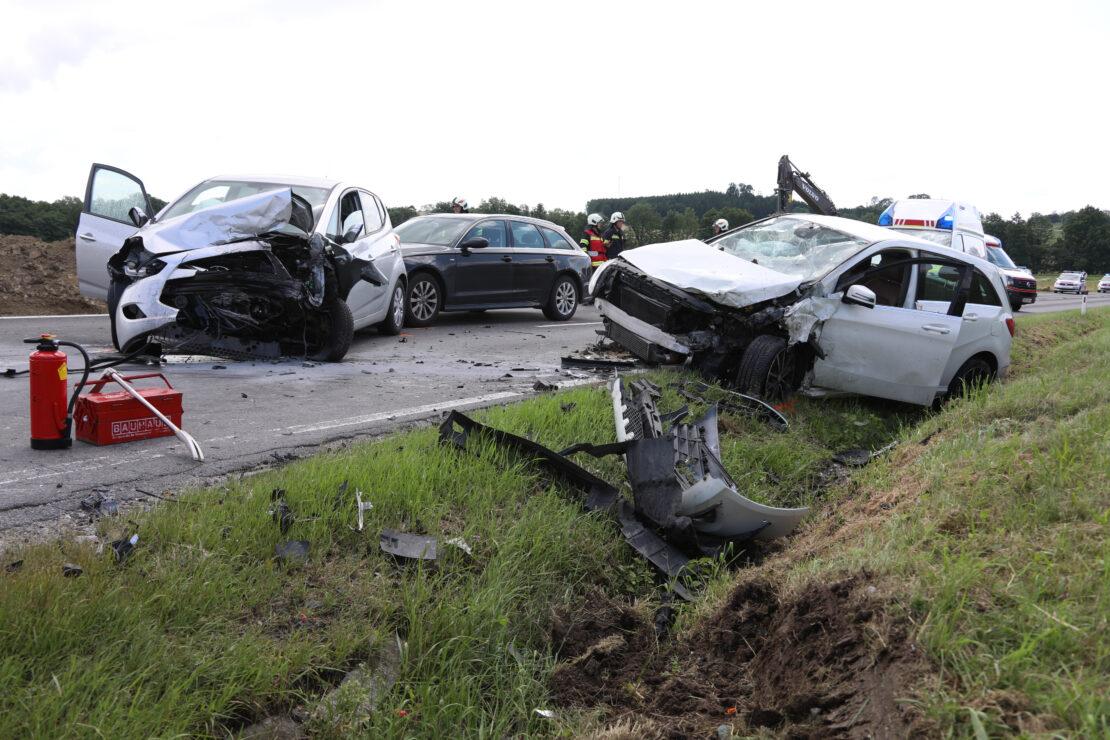 Kreuzungscrash mit drei Autos in Buchkirchen fordert zwei Verletzte