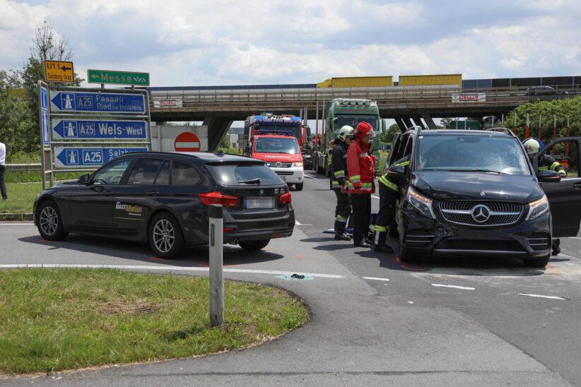 Kreuzungscrash bei Autobahnanschlussstelle in Wels-Puchberg endet glimpflich