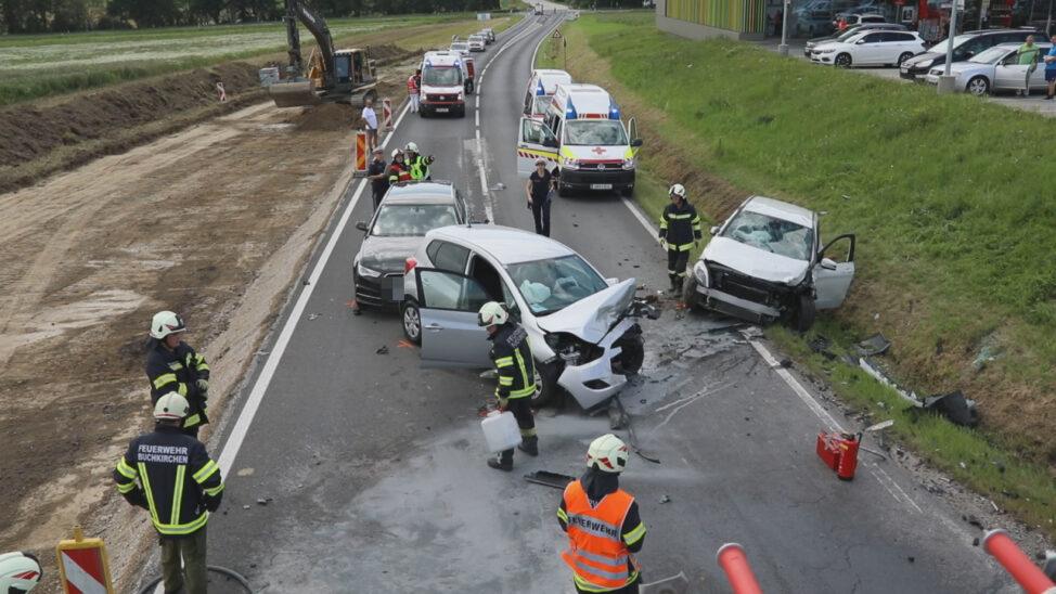 Kreuzungscrash mit drei Autos in Buchkirchen fordert drei Verletzte