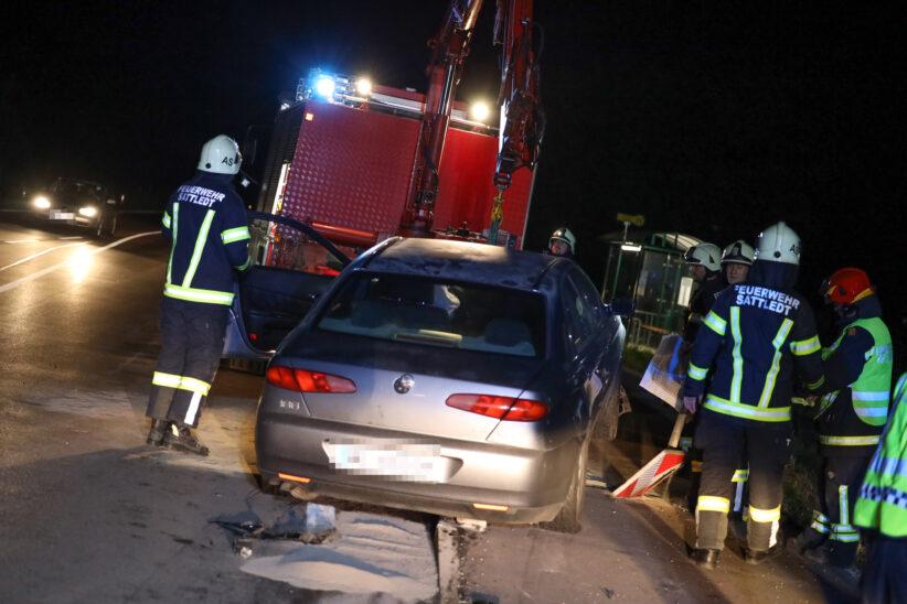 Verkehrsinsel stoppt Alkolenker: Unfall mit größerem Ölaustritt auf Pyhrnpass Straße bei Sattledt