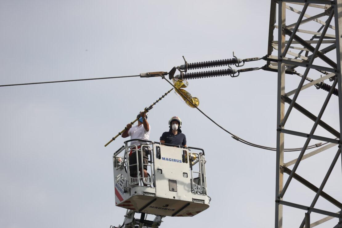 Luftballon in Hochspannungsleitung: Drehleiter-Einsatz der Feuerwehr in Wels-Schafwiesen