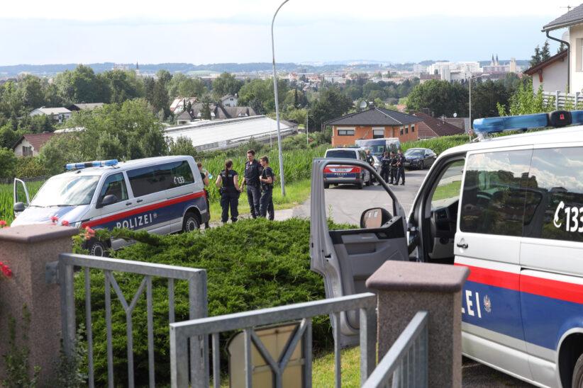 Großeinsatz der Polizei bei der Fahndung mehrerer geflüchteter Personen in Thalheim bei Wels