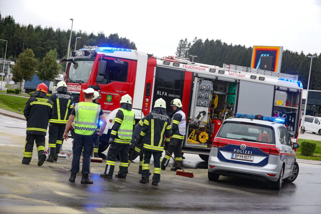 Aufräumarbeiten nach Kreuzungskollision auf Pyhrnpass Straße in Sattledt