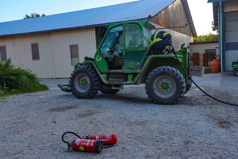 Brand eines Hofladers auf einem Bauerhof in Steinhaus durch Besitzer bereits gelöscht