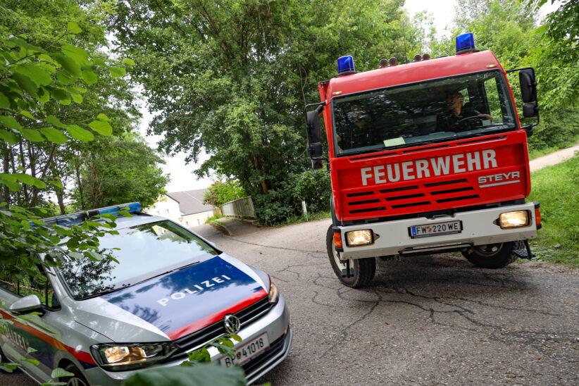 Feuerwehr fischt in Wels-Waidhausen für Polizei sichergestellten Gegenstand aus dem Mühlbach