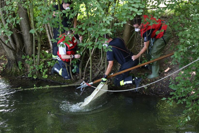 Neuerliche Bergung eines aufgebrochenen Tresors aus Mühlbach in Wels-Waidhausen durch Feuerwehr