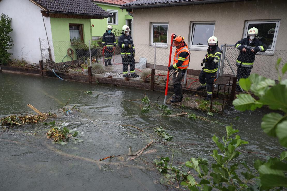Kraneinsatz: Größerer Einsatz nach Verklausung im Mühlbach in Wels-Pernau nach Unwetter