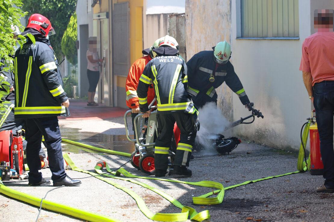 Brand eines E-Scooters in einer Garage in Wels-Neustadt fordert einen Verletzten