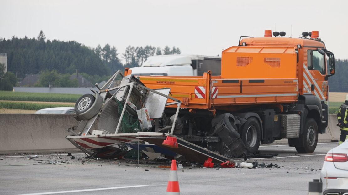 Auto kracht auf Westautobahn bei Sattledt in ein Baustellenabsicherungsfahrzeug