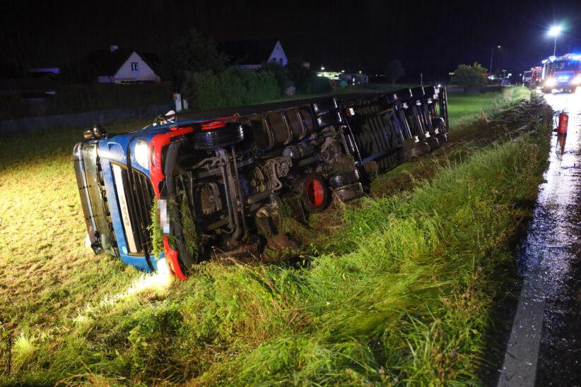 LKW-Sattelzug in Weißkirchen an der Traun über Böschung gestürzt - Lenker leicht verletzt