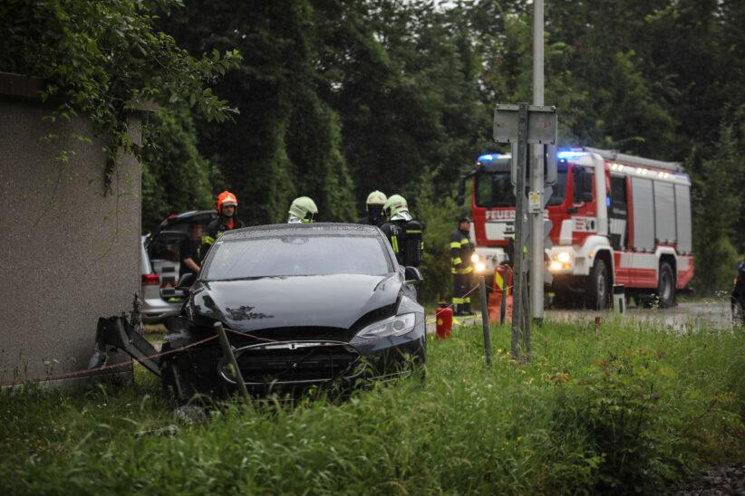 Auto kracht bei Unfall in Thalheim bei Wels gegen Steuerungshäuschen eines Bahnübergangs