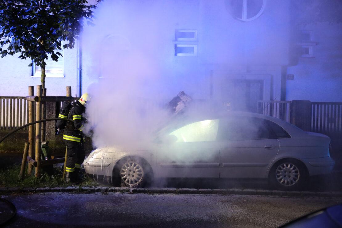 Feuerwehr bei Brand eines abgestellten Autos in Wels-Innenstadt im Einsatz