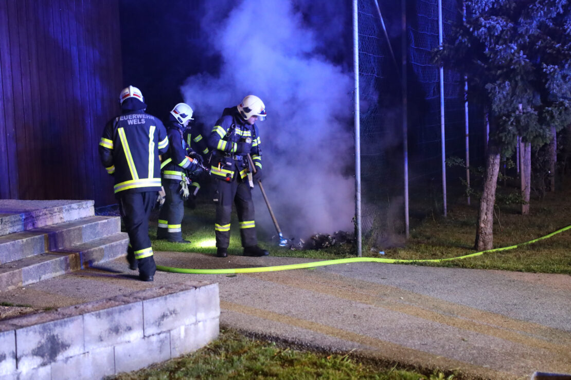 Nächtlicher Brand einer Großraummülltonne vor Jugendzentrum in Wels-Neustadt