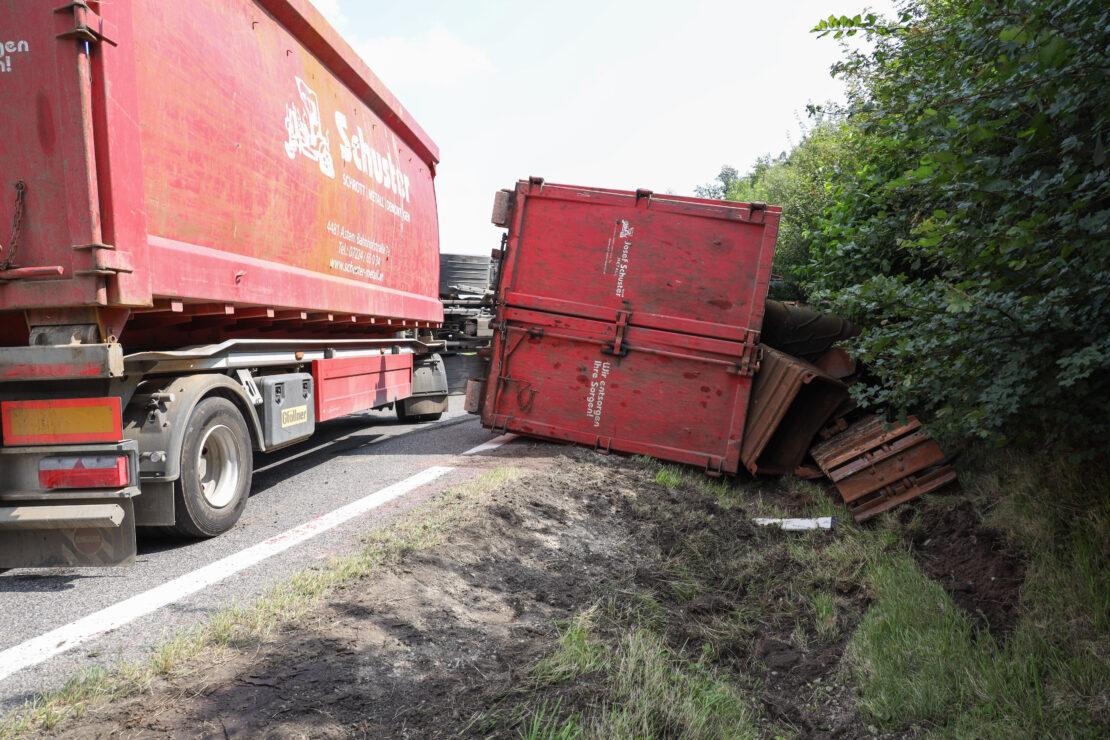 LKW mit Metallschrott umgestürzt: Schwierige Bergung auf Autobahnauffahrt in Pichl bei Wels