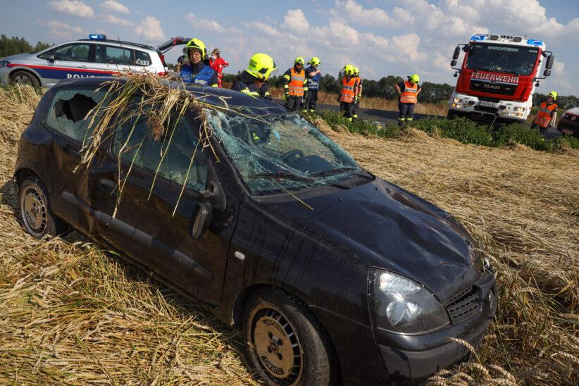 Auto am Dach: PKW bei Unfall in Marchtrenk in ein Getreidefeld überschlagen
