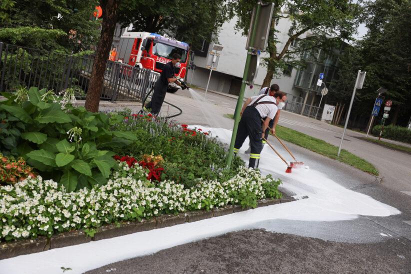 Verunglückter Farbkübel löst Reinigungseinsatz der Feuerwehr in Wels-Innenstadt aus