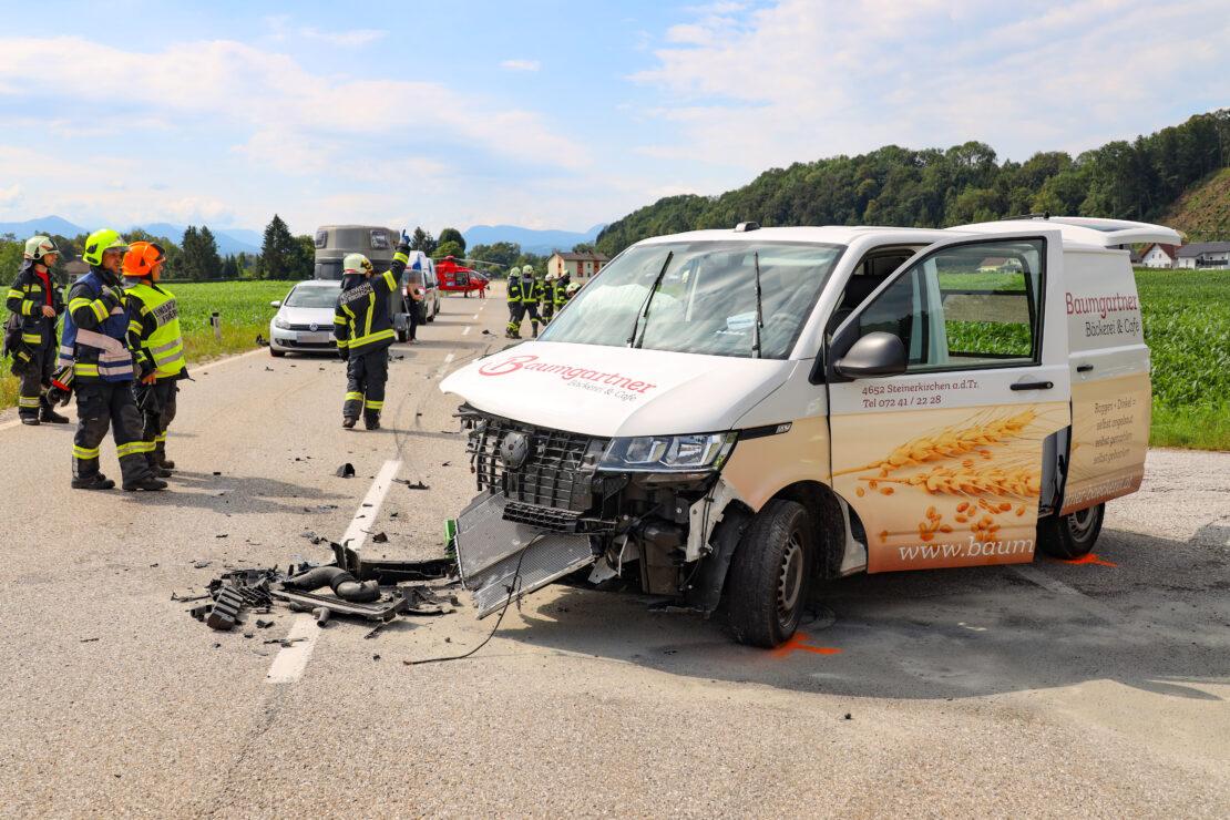 Schwerer Verkehrsunfall in Bad Wimsbach-Neydharting fordert zwei Verletzte