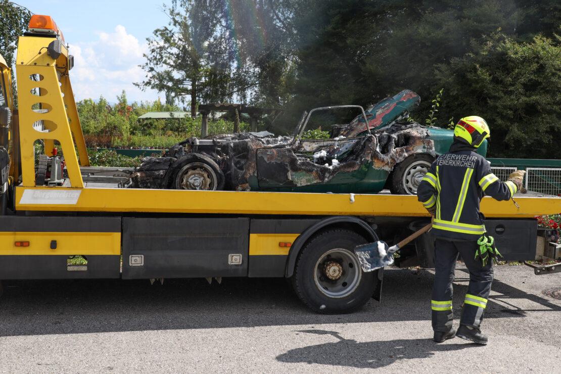 Oldtimer ausgebrannt: Lotus Coupé begann bei Fahrt durch Steinerkirchen an der Traun zu brennen
