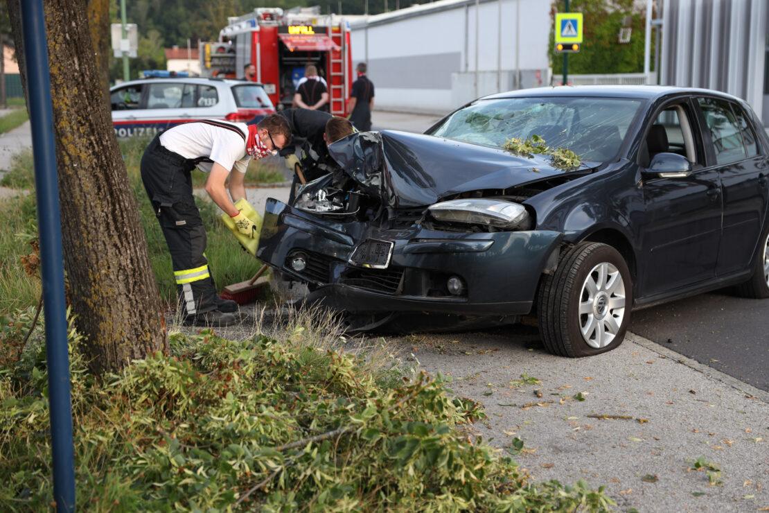 Auto gegen Baum: Fünf Verletzte bei Verkehrsunfall in Wels-Pernau