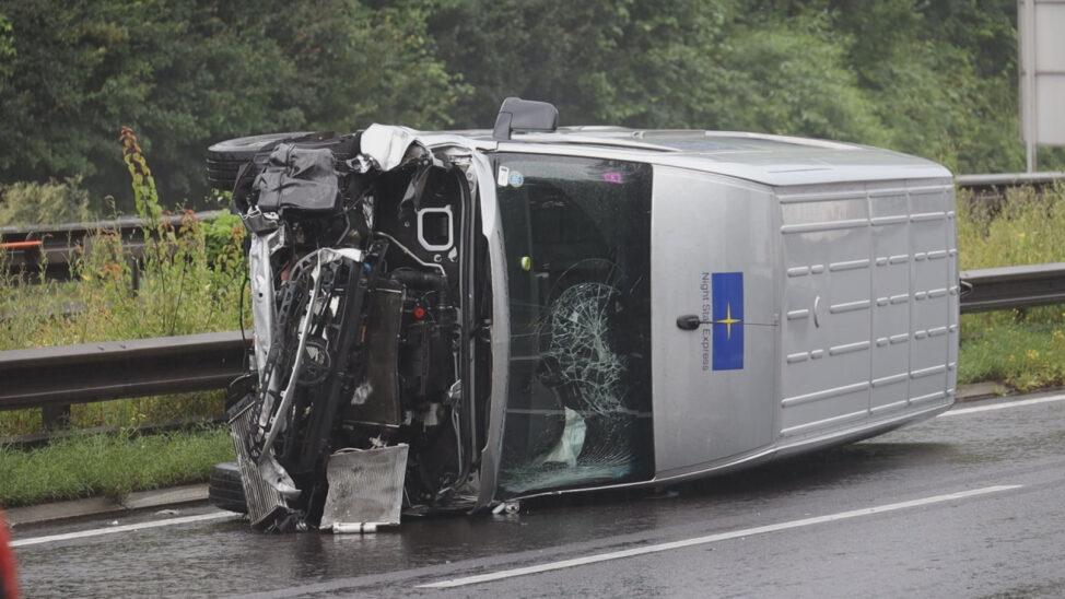 Kleintransporter nach Unfall auf Innkreisautobahn bei Wels-Oberthan umgestürzt