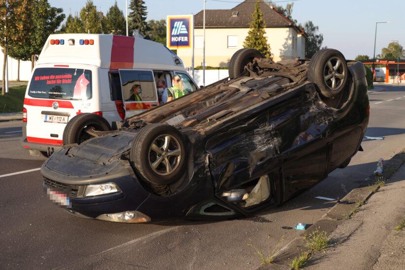 Auto überschlagen: Schwerer Kreuzungscrash in Wels-Pernau fordert zwei Verletzte