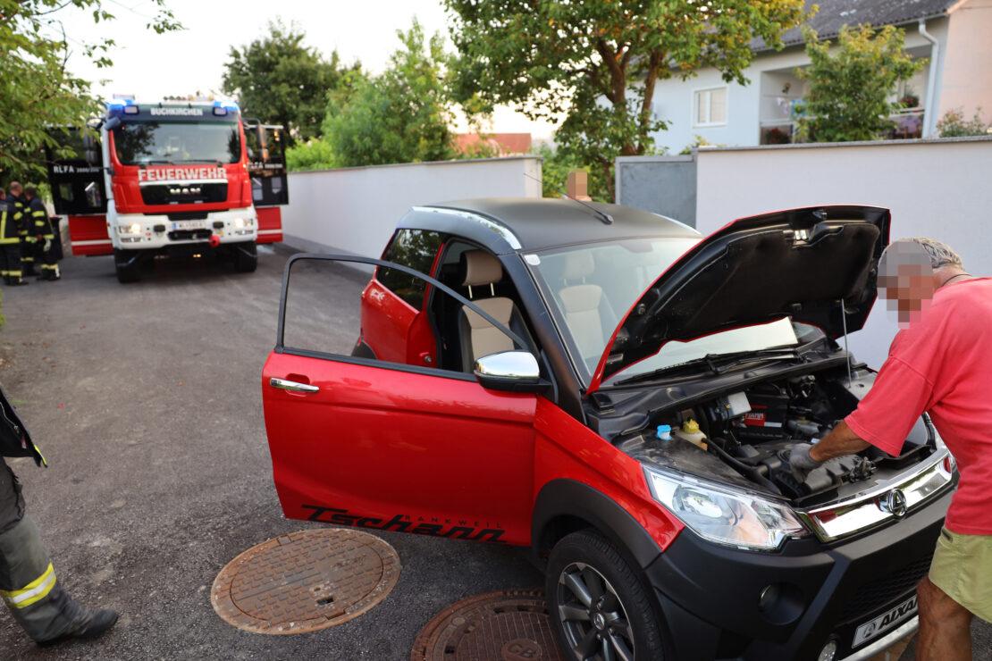 Mopedauto ruckelt und raucht plötzlich - Einsatz der Feuerwehren in Buchkichen