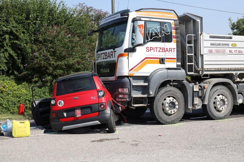 Schwerer Kreuzungscrash zwischen Mopedauto und LKW in Steinerkirchen an der Traun