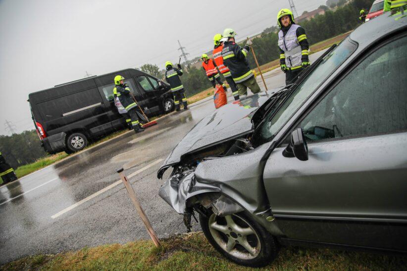 Aufräumarbeiten nach Verkehrsunfall in Sipbachzell