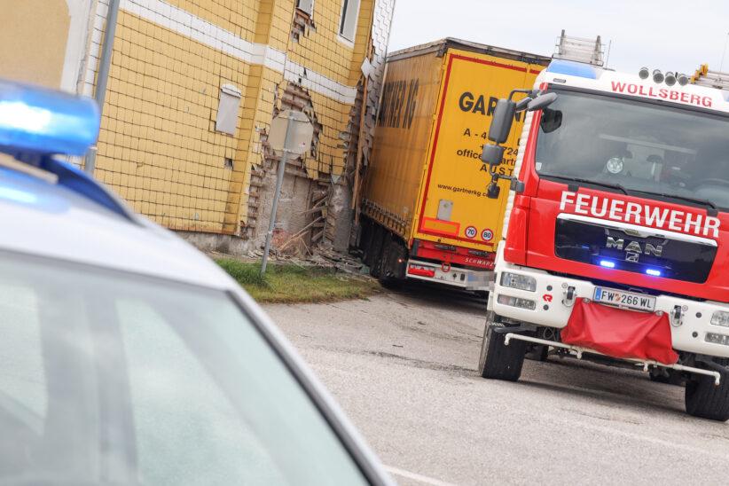 attelzug in Steinerkirchen an der Traun gegen Hausfassade eines Gasthauses gekracht