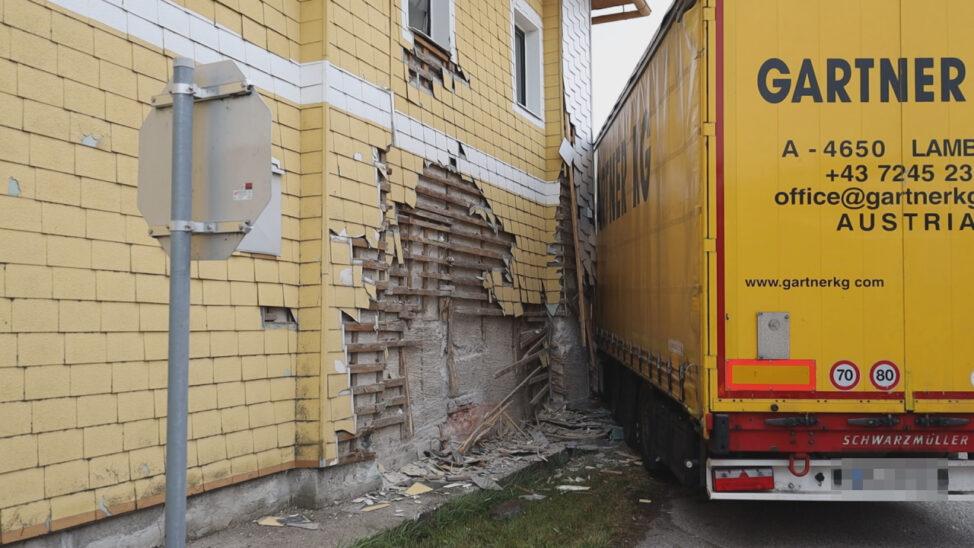 Sattelzug in Steinerkirchen an der Traun gegen Hausfassade eines Gasthauses gekracht