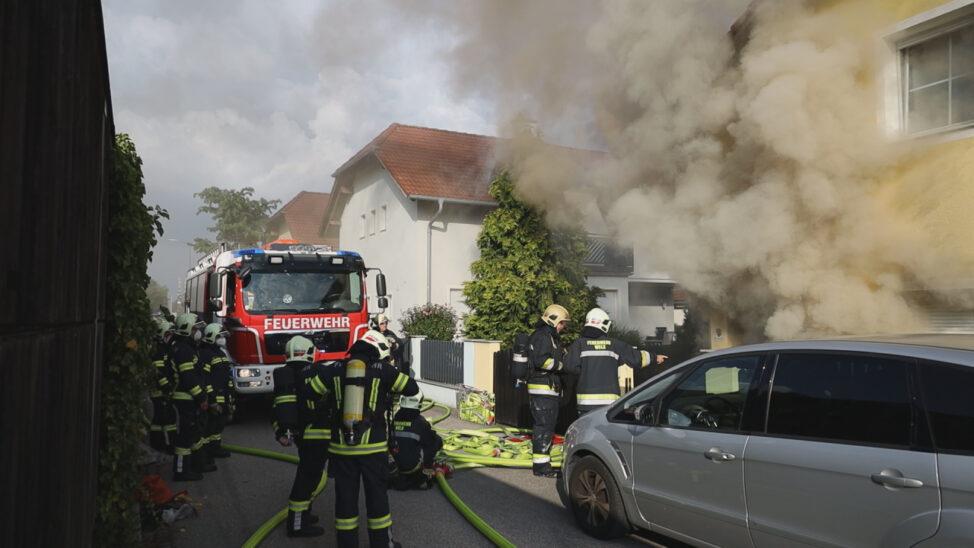 Großeinsatz bei ausgedehntem Kellerbrand in einem Einfamilienhaus in Wels-Lichtenegg