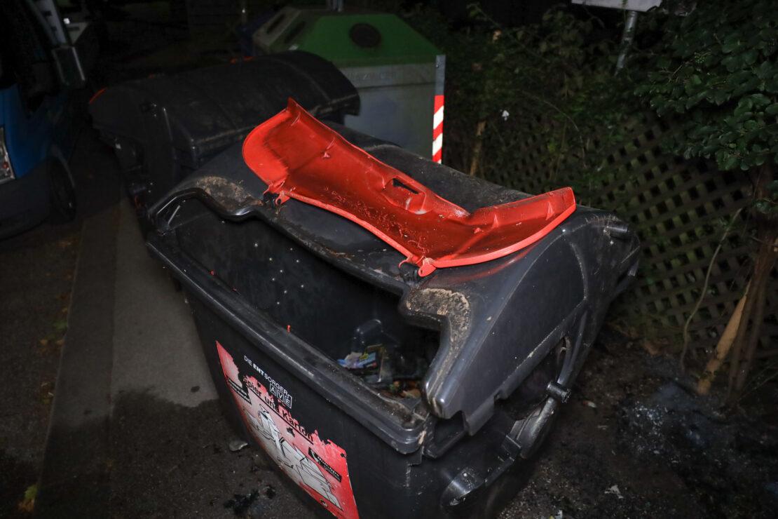 Brand eines Altpapiercontainers in Wels-Lichtenegg sorgt für Einsatz der Feuerwehr