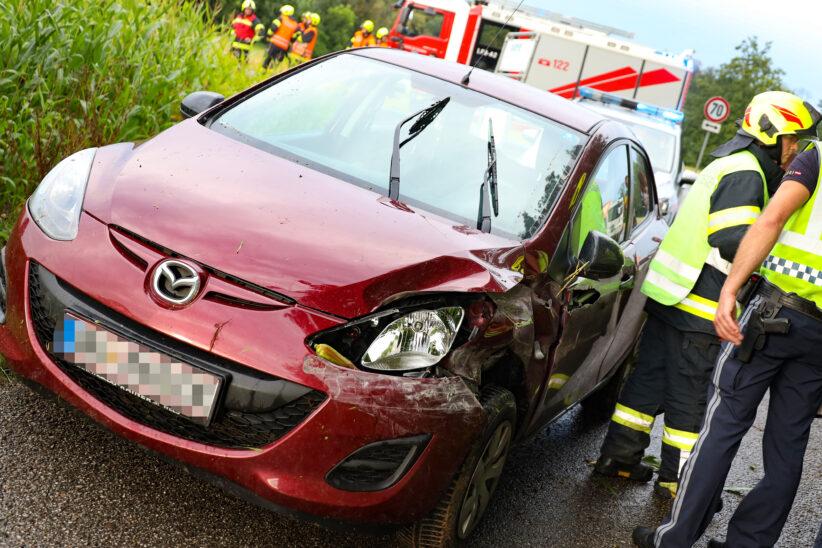 Auto bei Verkehrsunfall in Fischlham im Maisfeld gelandet