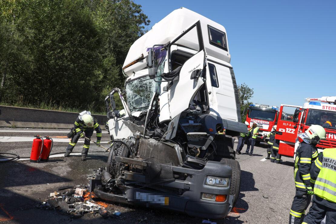 Tödlicher Auffahrunfall zwischen zwei LKW im Rückstaubereich auf Innkreisautobahn bei Sattledt