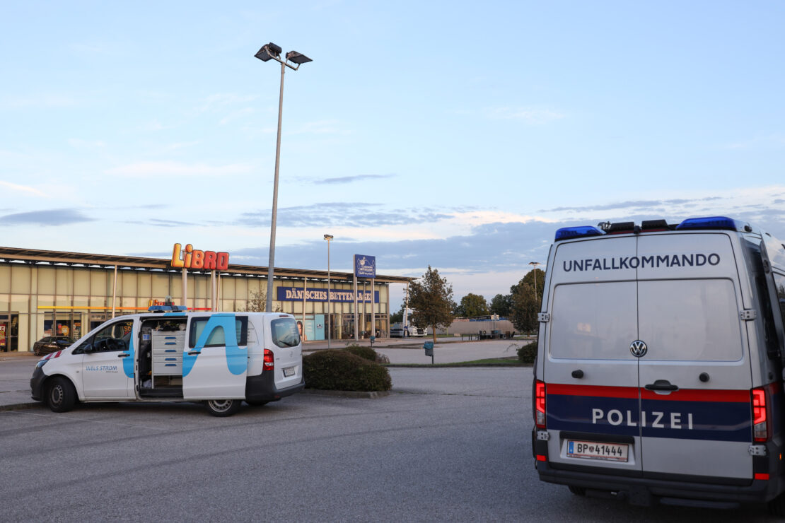 Sicherungsmaßnahmen: LKW touchierte Pakrplatzbeleuchtung in Wels-Neustadt