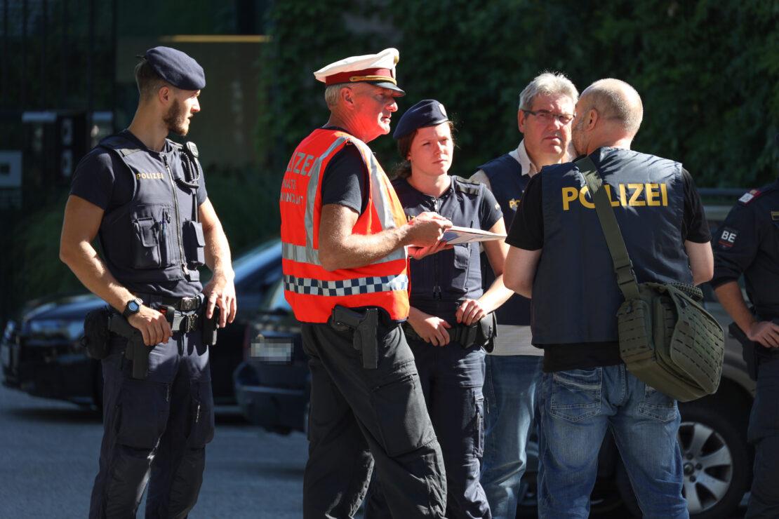 Großeinsatz der Polizei nach Bombendrohung bei Unternehmen in Wels-Pernau