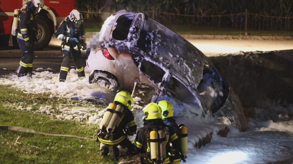 Auto nach schwerem Verkehrsunfall in Sipbachzell in Flammen aufgegangen