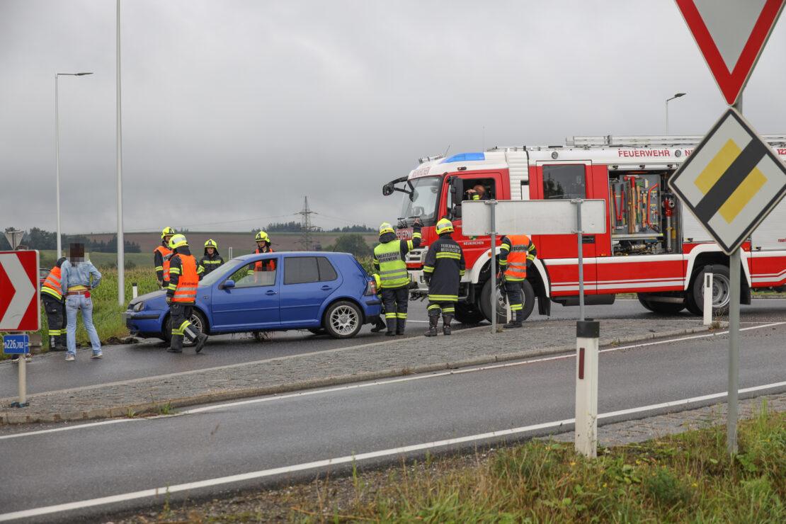 Unfall im Kreisverkehr: PKW auf Wiener Straße bei Neukirchen bei Lambach in Böschung gelandet