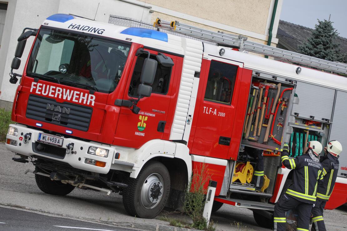 Aufräumarbeiten nach Verkehrsunfall auf Innviertler Straße in Buchkirchen