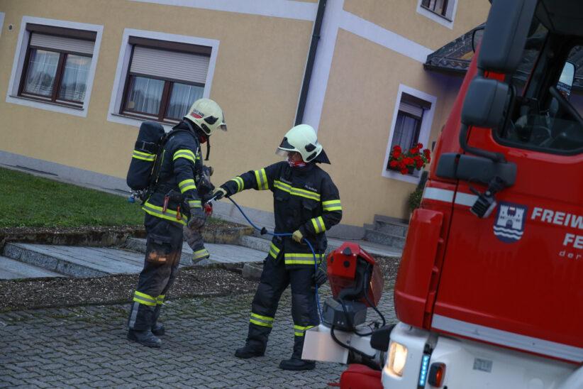 Brandverdacht: Starke Rauchentwicklung aus Kamin eines Hauses in Wels-Waidhausen