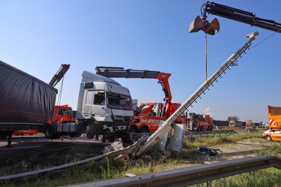 Schwerer LKW-Unfall auf Welser Autobahn bei Wels sorgt für erheblichen Stau