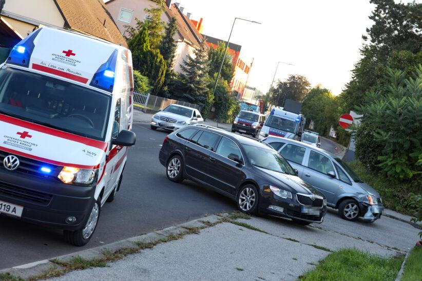 Kreuzungscrash auf Wiener Straße in Wels-Pernau fordert eine leichtverletzte Person