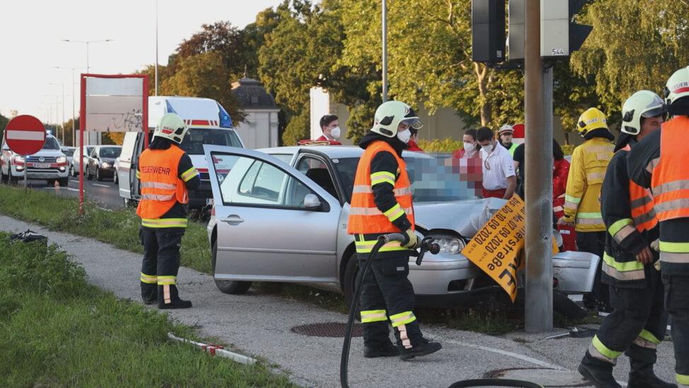 Interner Notfall: Autolenker kracht auf Innviertler Straße in Wels-Neustadt frontal gegen Ampel