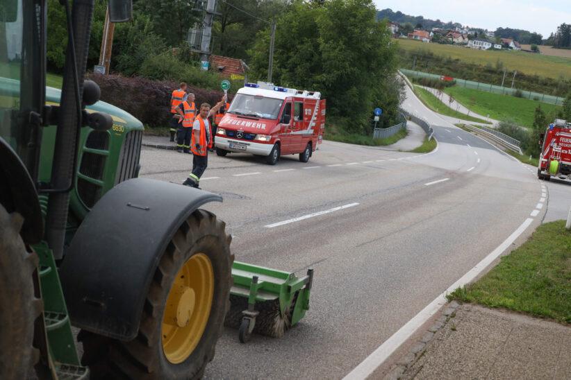 Längere Ölspur zwischen Lambach und Neukirchen bei Lambach sorgt für Einsatz der Feuerwehr